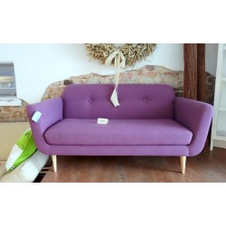 Zgrabna różowa kanapa